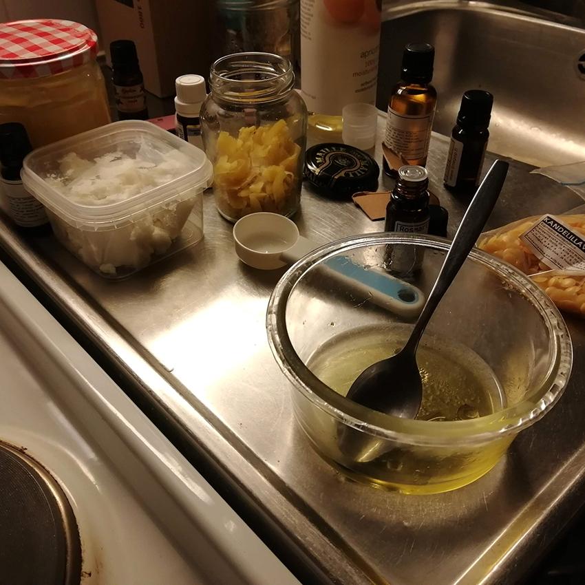 Erilaisia purkkeja ja astioita pöydällä
