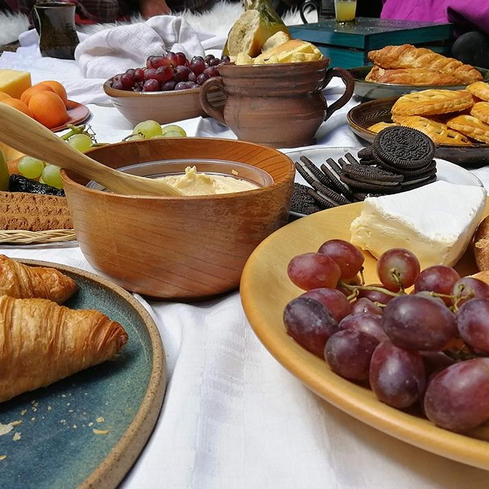 Kankaalle katettuja hedelmiä ja leivonnaisia