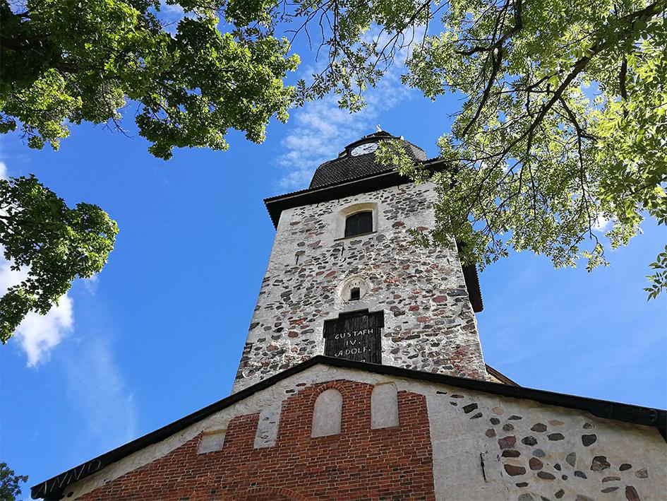 Naantalin luostarikirkon torni sinistä kesätaivasta vasten